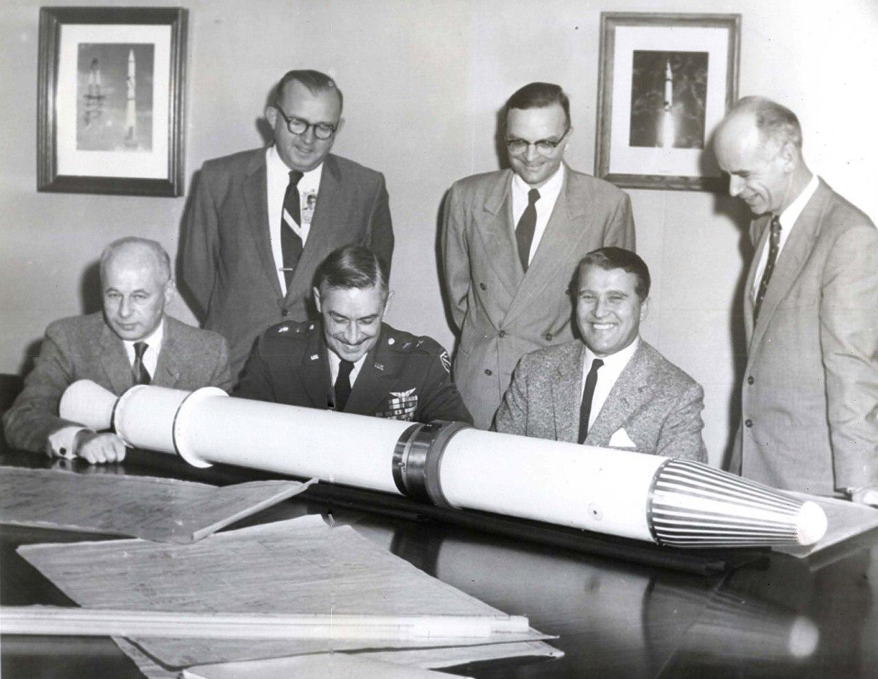 Eberhard Rees (li) mit einem Modell der Explorer-Rakete
